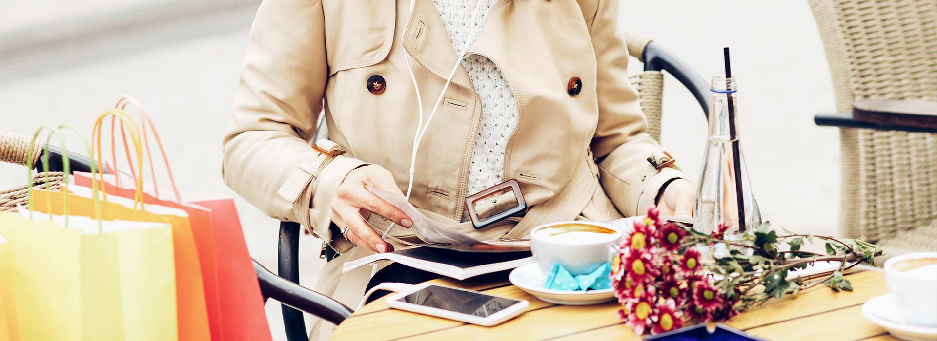 Frau liest in einem Cafe